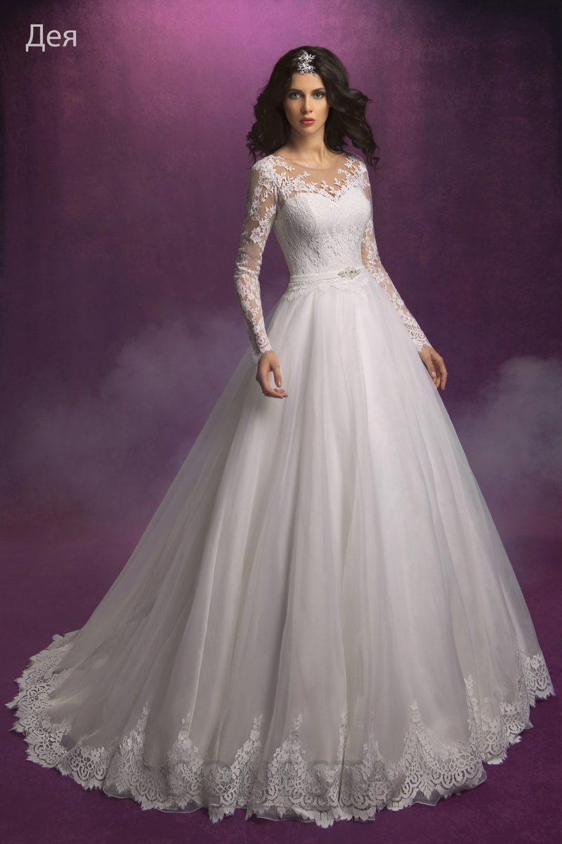 Свадебное платье с силуэтом «принцесса» и верхом, украшенным кружевными аппликациями.