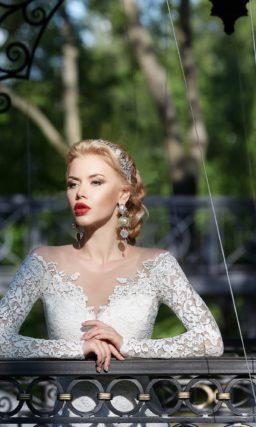 Кружевное свадебное платье «рыбка» с оригинальной формой выреза и длинными рукавами.
