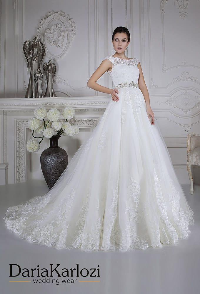 Свадебное платье с силуэтом «принцесса», кружевным лифом и широким бисерным поясом.