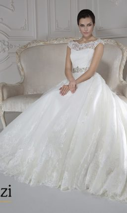 Свадебное платье с силуэтом с кружевным лифом и широким бисерным поясом.