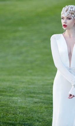 Свадебное платье силуэта «рыбка» с драматичным V-образным вырезом на лифе.