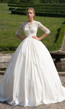 Пышное свадебное платье с закрытым верхом и фактурной юбкой со шлейфом.