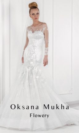 Закрытое свадебное платье из атласной ткани с юбкой силуэта «рыбка» с пышным шлейфом.