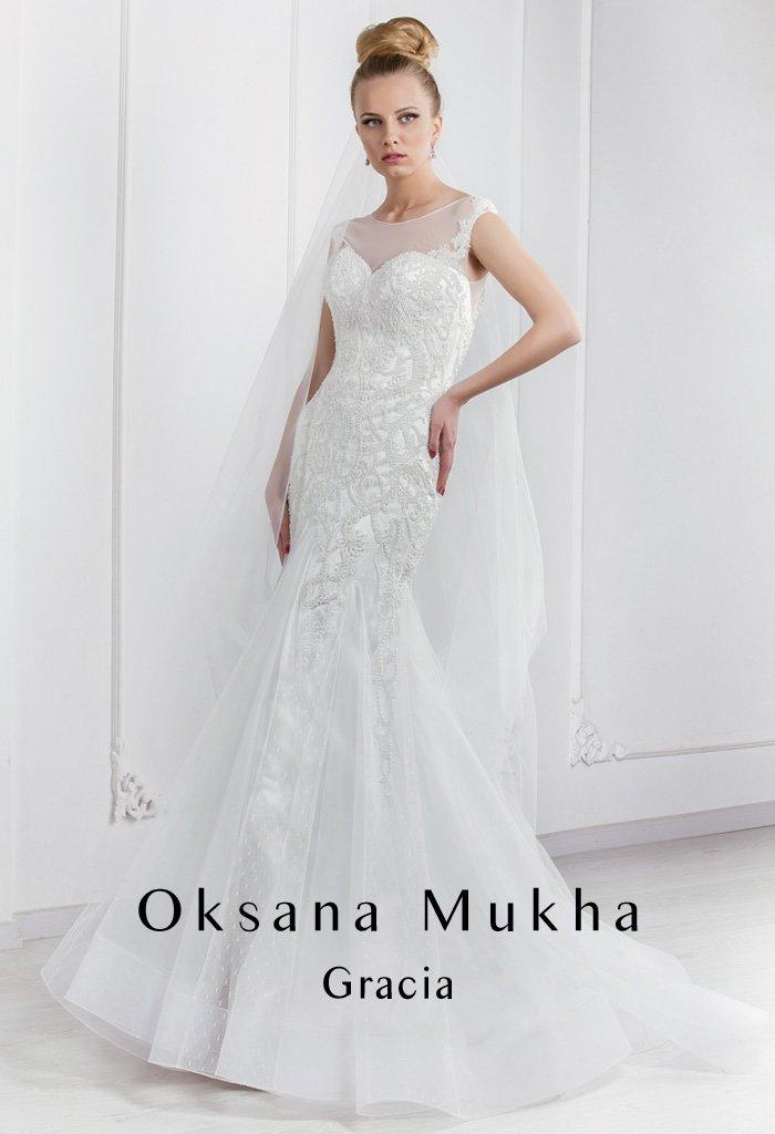 Фактурное свадебное платье силуэта «рыбка» с V-образным вырезом на спинке.