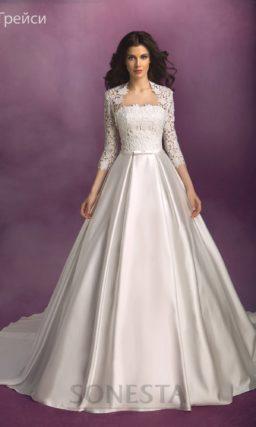Свадебное платье А-силуэта с атласной юбкой с длинным шлейфом и кружевным лифом.