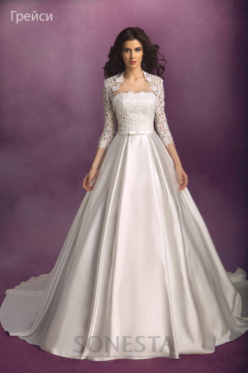 Свадебное платье с атласной юбкой с длинным шлейфом и кружевным лифом.