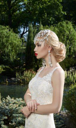Бежевое свадебное платье «рыбка» с отделкой из белого кружева и открытой спинкой.