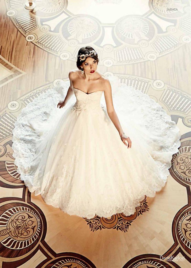 Открытое свадебное платье с кружевной отделкой юбки.
