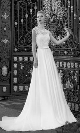 Свадебное платье силуэта «принцесса» с узким поясом и полупрозрачной отделкой верха.