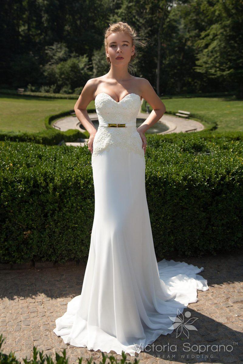 Свадебное платье силуэта «рыбка» с фактурным корсетом и длинным шлейфом.
