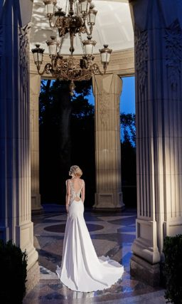 Свадебное платье силуэта «рыбка» с длинным шлейфом и ажурной спинкой.