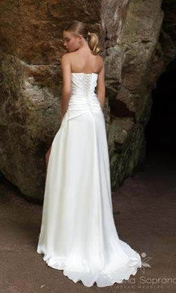 Прямое свадебное платье с открытым корсетом с драпировками.
