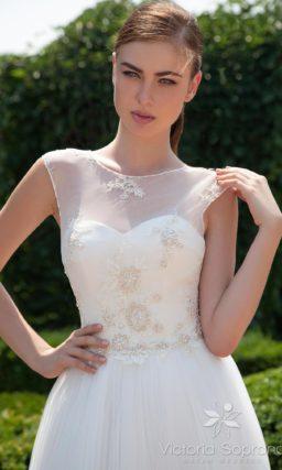 Короткое свадебное платье с вышивкой на корсете и вырезом «замочная скважина» сзади.