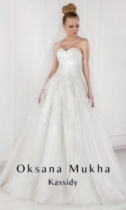 Нежное свадебное платье с закрытым верхом и полупрозрачными рукавами.
