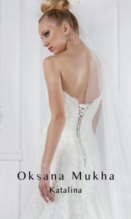 Открытое свадебное платье силуэта «рыбка» с необычным лифом и декором из кружева.