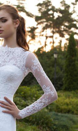 Закрытое свадебное платье с длинными кружевными рукавами.