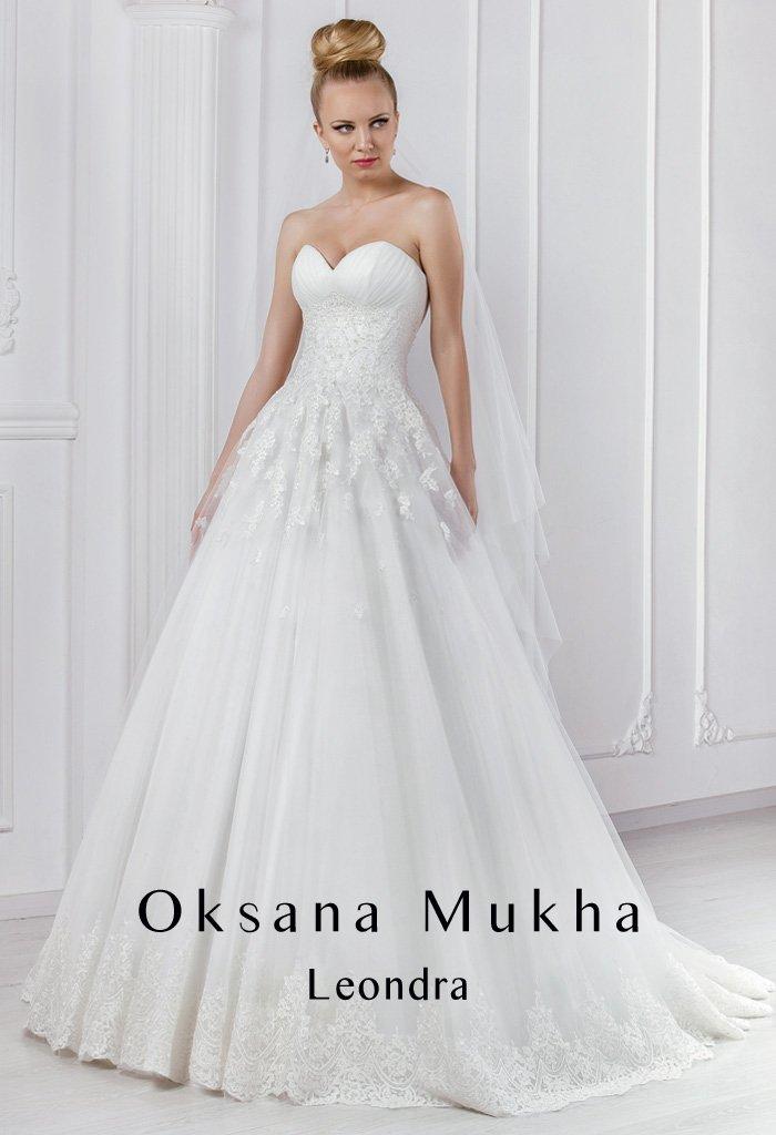 Свадебное платье с открытым лифом в форме сердца и кружевной отделкой корсета.