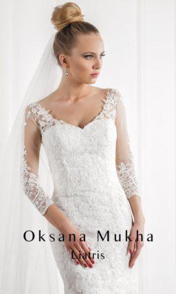 Свадебное платье силуэта «рыбка» с V-образным вырезом и длинными рукавами.