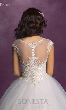 Свадебное платье «принцесса» с пышной юбкой и расшитым бисером верхом.