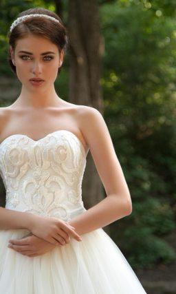 Пышное свадебное платье с открытым корсетом с фактурным декором.