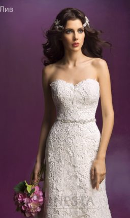 Свадебное платье с силуэтом «русалка», покрытое кружевом и дополненное поясом.