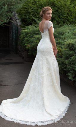 Свадебное платье «рыбка» с высоким разрезом на юбке и ажурным верхом.
