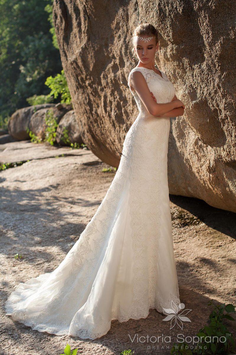 Свадебное платье силуэта «рыбка» с декором из кружева по всей длине.