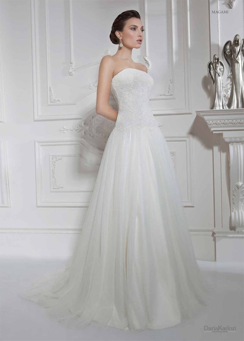 Открытое свадебное платье с прямым лифом и ажурным болеро.