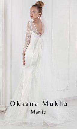 Свадебное платье с силуэтом «рыбка», открытой спинкой и длинными ажурными рукавами.