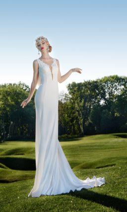Свадебное платье силуэта «рыбка» с выразительным вырезом, украшенным кружевом.