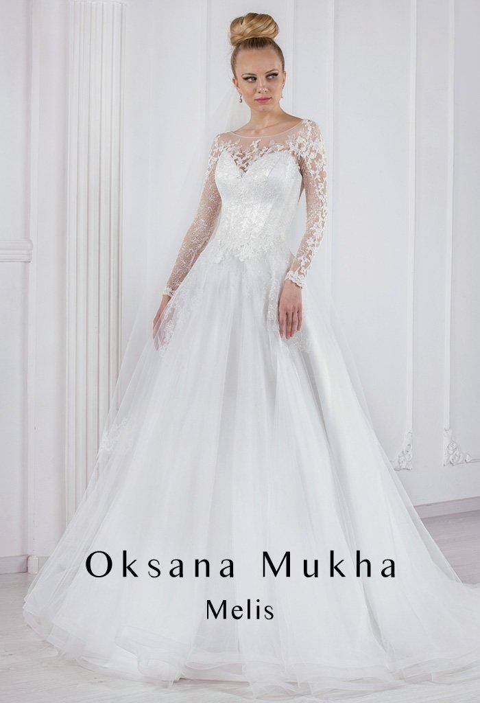 Закрытое свадебное платье силуэта «принцесса» с нежными ажурными рукавами и округлым вырезом.