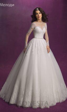 Свадебное платье с А-силуэтом и длинными полупрозрачными рукавами.