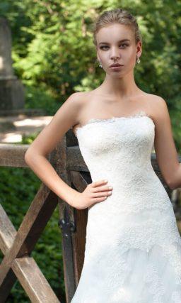 свадебное платье с силуэтом «рыбка» и открытым кружевным лифом.