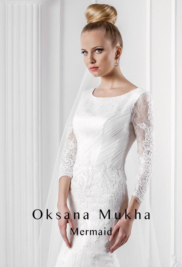 Эксцентричное свадебное платье силуэта «рыбка» с длинным шлейфом и V-образным вырезом сзади.
