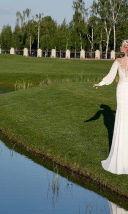 Свадебное платье силуэта «рыбка» с портретным декольте и широкими рукавами.