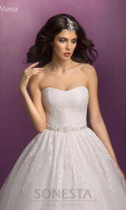 Свадебное платье «принцесса» с кружевным корсетом и атласным поясом.
