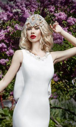 Лаконичное свадебное платье с силуэтом «рыбка» и оригинальными оборками сзади.
