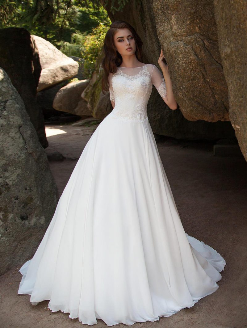 Свадебное платье с полупрозрачными рукавами до локтя.