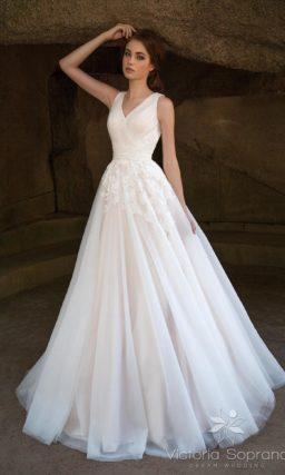 Свадебное платье  с полупрозрачным верхом юбки и V-образным лифом.