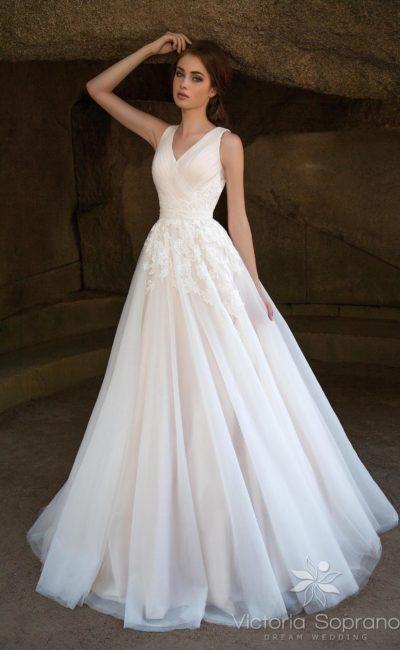 Свадебное платье с полупрозрачным верхом юбки
