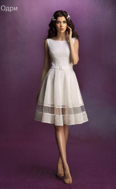 Свадебное платье из фактурной ткани с округлым вырезом и юбкой до колена.