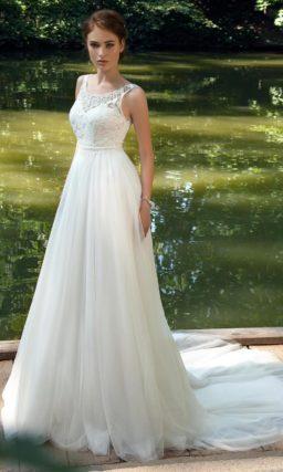 Свадебное платье ампирного силуэта с кружевным верхом и округлым вырезом.