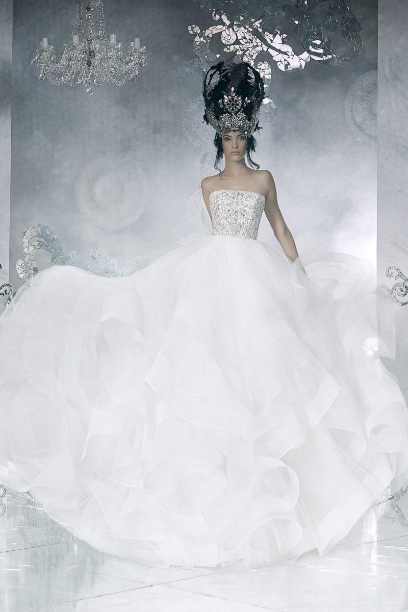 Открытое свадебное платье с корсетом, расшитым серебристыми стразами.