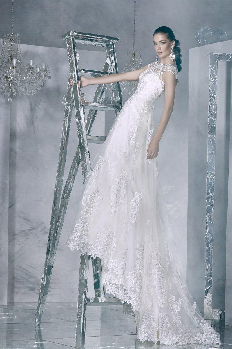 Свадебное платье с кружевной спинкой и длинным шлейфом.