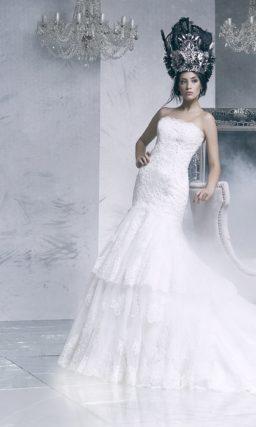 Кружевное свадебное платье с силуэтом «рыбка» и юбкой из нескольких уровней ткани.