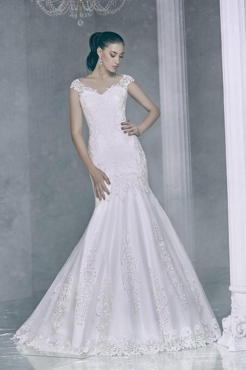 Атласное свадебное платье с силуэтом «рыбка» с отделкой из кружевной ткани.