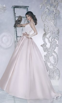 Свадебное платье с юбкой из розового атласа и кружевным лифом.