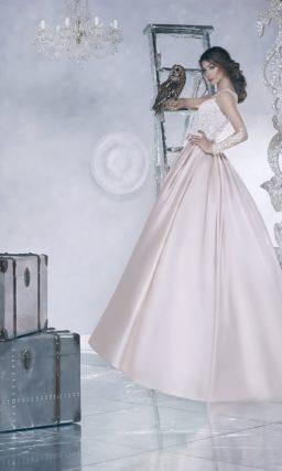 Свадебное платье с силуэтом «принцесса» с юбкой из розового атласа и кружевным лифом.