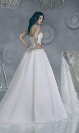 Роскошное свадебное платье с юбкой А-силуэта и покрытым бисерной отделкой корсетом.