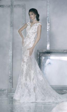 Бежевое свадебное платье с силуэтом «рыбка» с отделкой из белого кружева.